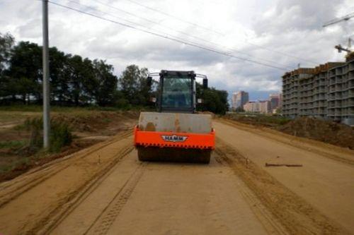 Укладка и уплотнение грунта при строительстве дорог